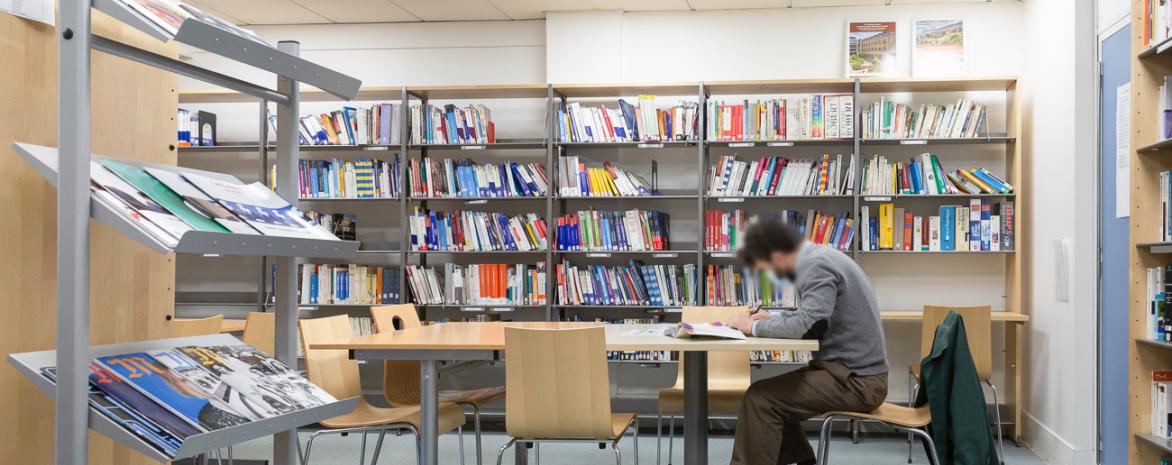 etudiant dans salle études cedoca bibliotheque